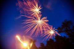 Färgrika fyrverkerier på natthimmel Explosioner av pyroteknik på festivalen Royaltyfri Foto