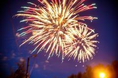 Färgrika fyrverkerier på natthimmel Explosioner av pyroteknik på festivalen Fotografering för Bildbyråer