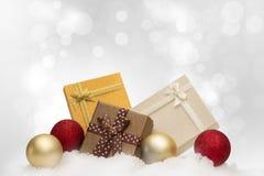 Färgrika gåvaaskar på snöfallet med kopieringsutrymme för säsongG royaltyfri fotografi