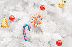 Färgrika gåvor och toys på den vita jultreen Arkivfoto