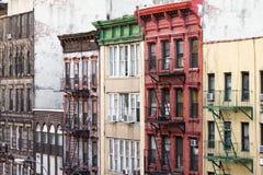 Färgrika gamla byggnader längs ett kvarter i kineskvarteret New York City Royaltyfri Fotografi