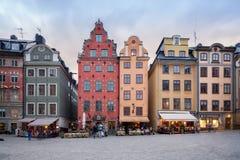 Färgrika gamla byggnader på stortorget på den gamla staden i Stockholm, Sverige Fotografering för Bildbyråer