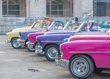 Färgrika gamla cabrioleter på havannacigarren Arkivfoton