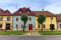 Färgrika gamla hus i Kezmarok, Slovakien arkivbilder