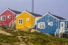 Färgrika gamla hus i Kulusuk Arkivfoto
