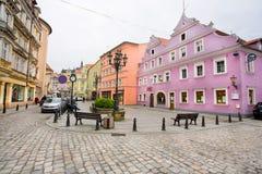 Färgrika gamla hus i mitten av den historiska staden Arkivfoton