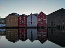 Färgrika gamla hus på den Nidelva flodinvallningen i Trondheim, Norge arkivfoton