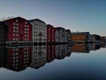 Färgrika gamla hus på den Nidelva flodinvallningen i Trondheim, Norge arkivbilder