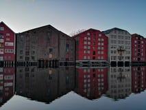 Färgrika gamla hus på den Nidelva flodinvallningen i Trondheim, Norge royaltyfri fotografi