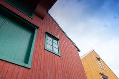 Färgrika gamla trähus i Norge Royaltyfria Bilder