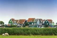 Färgrika gammala hus i Marken, Nederländerna Royaltyfri Bild
