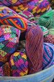 Färgrika garnbollar på korg Arkivfoto