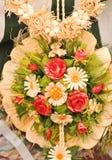 Färgrika garneringar för konstgjorda blommor Dekorativ ordning av olika blommor på den rumänska marknaden Arkivbilder