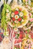 Färgrika garneringar för konstgjorda blommor Dekorativ ordning av olika blommor på den rumänska marknaden Fotografering för Bildbyråer