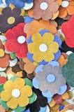 Färgrika garneringar för konstgjorda blommor Dekorativ ordning av olika blommor på den rumänska marknaden Färgrika textilblommor Royaltyfri Foto