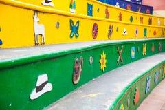 Färgrika gator av den Guatape staden i Colombia Royaltyfri Bild