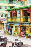 Färgrika gator av den Guatape staden i Colombia Royaltyfri Foto