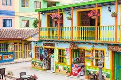 Färgrika gator av den Guatape staden i Colombia Royaltyfria Foton