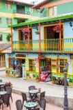 Färgrika gator av den Guatape staden i Colombia Royaltyfri Fotografi