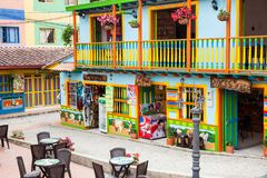 Färgrika gator av den Guatape staden i Colombia Arkivfoton