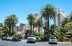 Färgrika gator av Las Vegas Byggnader och bilar på remsagatan, Las Vegas, Nevada Arkivbilder