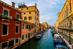 Färgrika gator i Venedig för solnedgång arkivbilder