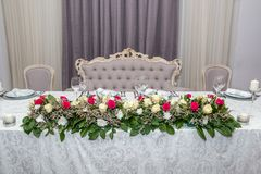 Färgrika gifta sig tabellblommor royaltyfri bild