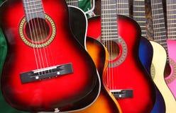 färgrika gitarrer Arkivbild