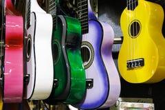 Färgrika gitarrer på den Istanbul tusen dollarbasaren Royaltyfri Bild