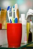 färgrika glass tandborstar Royaltyfria Foton