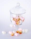 Färgrika godisar i den glass jaren Arkivfoton