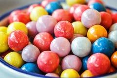 Färgrika godisar i krus på tabellen shoppar in Royaltyfria Bilder