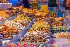 Färgrika godisar på marknaden royaltyfri fotografi
