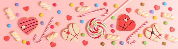 Färgrika godisar på rosa bakgrund, bästa sikt Arkivbilder