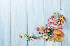 Färgrika godisar på trätabellen Arkivbilder