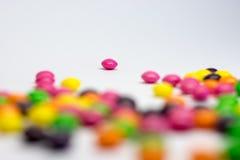 Färgrika godisar, på vit bakgrund Fotografering för Bildbyråer