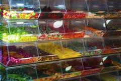 Färgrika godisar shoppar in Royaltyfri Bild