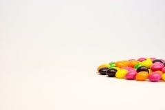 Färgrika godisar som isoleras på vit bakgrund Fotografering för Bildbyråer