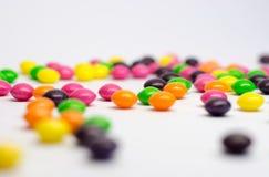 Färgrika godisar som isoleras på vit bakgrund Royaltyfri Foto