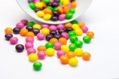 Färgrika godisar som isoleras på vit bakgrund Arkivfoto
