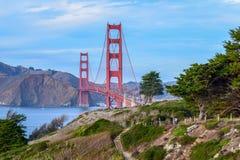 Färgrika Golden gate bridge och natur, träd och klippor som ses från San Francisco, CA royaltyfria foton