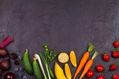 Färgrika grönsaker, frukter och bär - sund mat, bantar, detoxen, att äta för rengöring eller det vegetariska begreppet arkivfoto