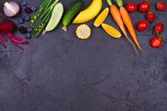 Färgrika grönsaker, frukter och bär - sund mat, bantar, detoxen, att äta för rengöring eller det vegetariska begreppet Fotografering för Bildbyråer