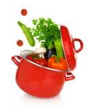 Färgrika grönsaker i en matlagningkruka Arkivbild
