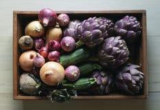 Färgrika grönsaker i ett trämagasin royaltyfria bilder