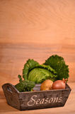Färgrika grönsaker kål, blomkål, broccoli, potatis, lök på trätabellen Royaltyfri Foto