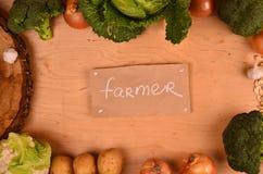 Färgrika grönsaker kål, blomkål, broccoli, potatis, lök på trätabellen Top beskådar Fritt avstånd för text Arkivbilder
