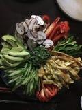 Färgrika grönsaker på ett uppläggningsfat Arkivfoton