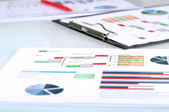 Färgrika grafer, diagram, marknadsföringsforskning och affärsettårig växt arkivbild