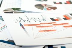 Färgrika grafer, diagram, marknadsföringsforskning och affärsettårig växt royaltyfria bilder